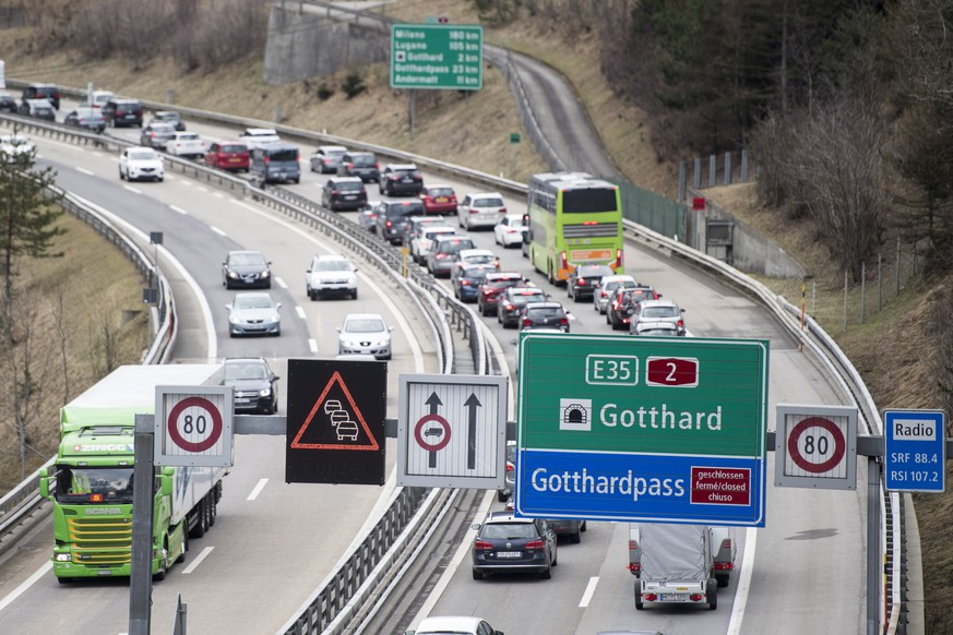 Der Osterreiseverkehr staut sich vor dem Gotthard-Tunnel zwischen Goeschenen und Erstfeld bei Wassen auf der A2 in Richtung Sueden auf mehrere Kilometer Laenge, am Freitag, 30. Maerz 2018. (KEYSTONE/Urs Flueeler)   Easter holiday traffic queues up at the motorway A2 direction south in front of the Gotthard tunnel between Goeschenen and Erstfeld near Wassen, Switzerland, on Friday, 30 March 2018. (KEYSTONE/Urs Flueeler)