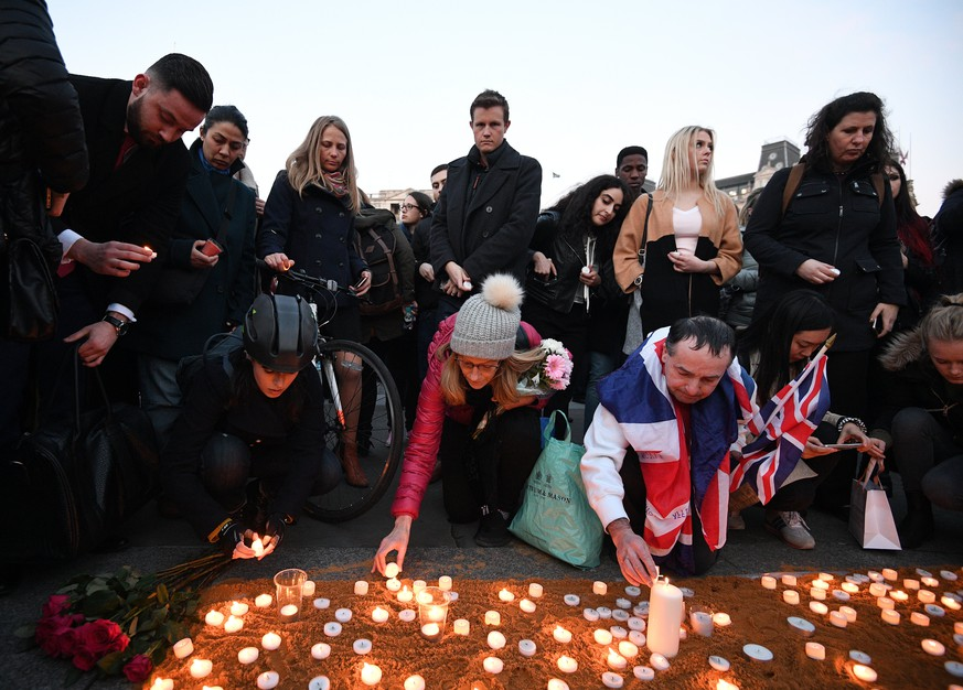 epa05866588 Londoners light candles as they gather for a vigil in Trafalgar Square in London, Britain, 23 March 2017. Thousands of Londoners gather in Trafalgar Square to remember the people killed in the London terror attack on 22 March 2017. Scotland Yard in Britain said on 23 March 2017 that police have made seven arrests in raids carried out over night after the terror attack in the Westminster Palace grounds and on Westminster Bridge on 22 March 2017 leaving at least four people dead, including the attacker, and 29 people injured.  EPA/FACUNDO ARRIZABALAGA