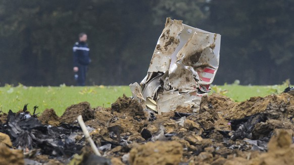 ARCHIVBILD ZUR BEKANNTGABE DER UNFALLURSACHE DES BEI GLAMONDANS ABGESTUERZTEN F/A-18 KAMPFFLUGZEUGS DER SCHWEIZER ARMEE, AM DIENSTAG, 13. JUNI 2017 - A French Gendarmerie officer walks next to the crash scene with pieces of a wreckage of a Swiss Army F/A-18 jet, in Glamondans, near Besancon, in France, Wednesday, 14 October 2015. An F/A-18 jet fighter belonging to the Swiss Air Force crashed on Wednesday morning during a training exercise in eastern France. The one-seater aircraft crashed into an uninhabited area. The pilot, who ejected to safety, has been injured. (KEYSTONE/Jean-Christophe Bott)