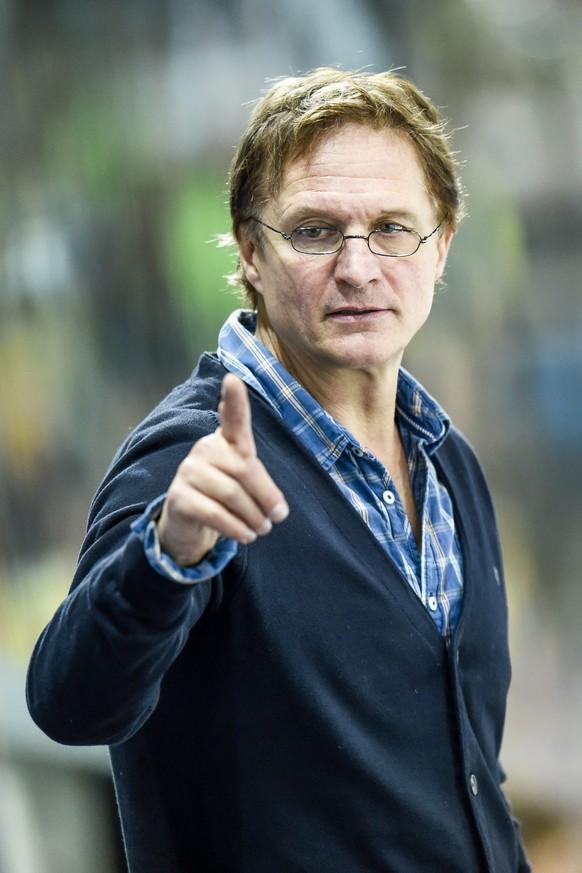 Der Davoser Trainer Arno Del Curto, beim Eishockeyspiel der National League A zwischen dem HC Davos und dem SC Bern, am Samstag, 11. Oktober 2014, in der Vaillant Arena in Davos. (KEYSTONE/Gian Ehrenzeller)