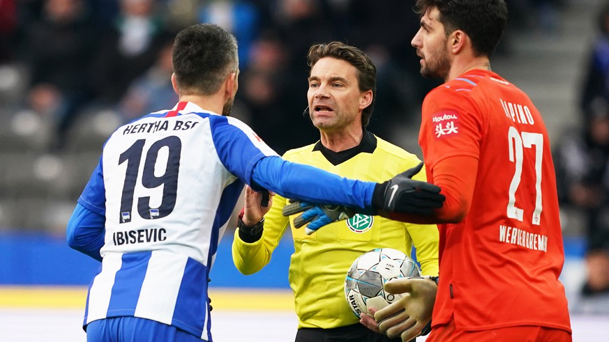 epa08276809 Hertha's Vedad Ibisevic (L) argues with referee Guido Winkmann (C) during the German Bundesliga soccer match between Hertha BSC and Werder Bremen in Berlin, Germany, 07 March 2020.  EPA/CLEMENS BILAN CONDITIONS - ATTENTION: The DFL regulations prohibit any use of photographs as image sequences and/or quasi-video.