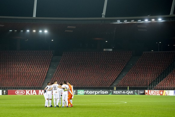 The team of Zurich react during the UEFA Europa League group stage soccer match between Switzerland's FC Zurich and Cyprus' AEK Larnaca FC at the Letzigrund stadium in Zurich, Switzerland, on Thursday, November 29, 2018. (KEYSTONE/Ennio Leanza)