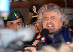 epa04086662 Close up of Anti-establishment 5-Star Movement (M5S) leader Beppe Grillo (centre left) besieged by the media as he makes a statement blaming Italy's
