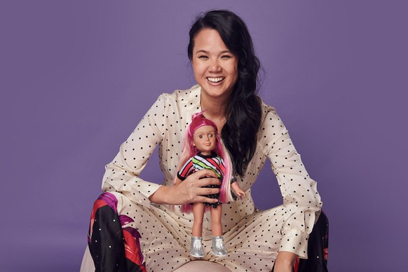 Theresia Le Battistini mit einer ihrer Puppen, die sie von Kindern mitentwickeln lässt.
