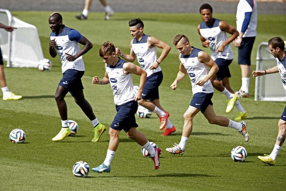 France's national soccer team players (L-R) Mamadou Sahko, Antoine Griezmann, Remy Cabella, Lucas Digne and Loic Remy attend a training session at the Botafogo soccer club's Santa Cruz stadium in Ribeirao Preto, 336 km (208 miles) northwest of Sao Paulo, July 1  2014.     REUTERS/Charles Platiau (BRAZIL  - Tags:  SOCCER SPORT WORLD CUP)