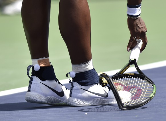 epa05223569 Serena Williams from the USA picks up her broken racket as she played against Victoria Azarenka from Belarus during their final match at the BNP Paribas Open tennis tournament in Indian Wells, California, USA, 20 March 2016.  Azarenka won 6-4, 6-4.  EPA/DANIEL MURPHY