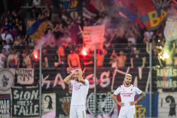 Reaction du milieu valaisan Pajtim Kasami, gauche, et du milieu valaisan Valon Behrami, droite, lors de la rencontre de football de Super League entre le FC Sion et le FC Basel 1893 ce vendredi 19 juillet 2019 au stade de Tourbillon a Sion. (KEYSTONE/Jean-Christophe Bott)