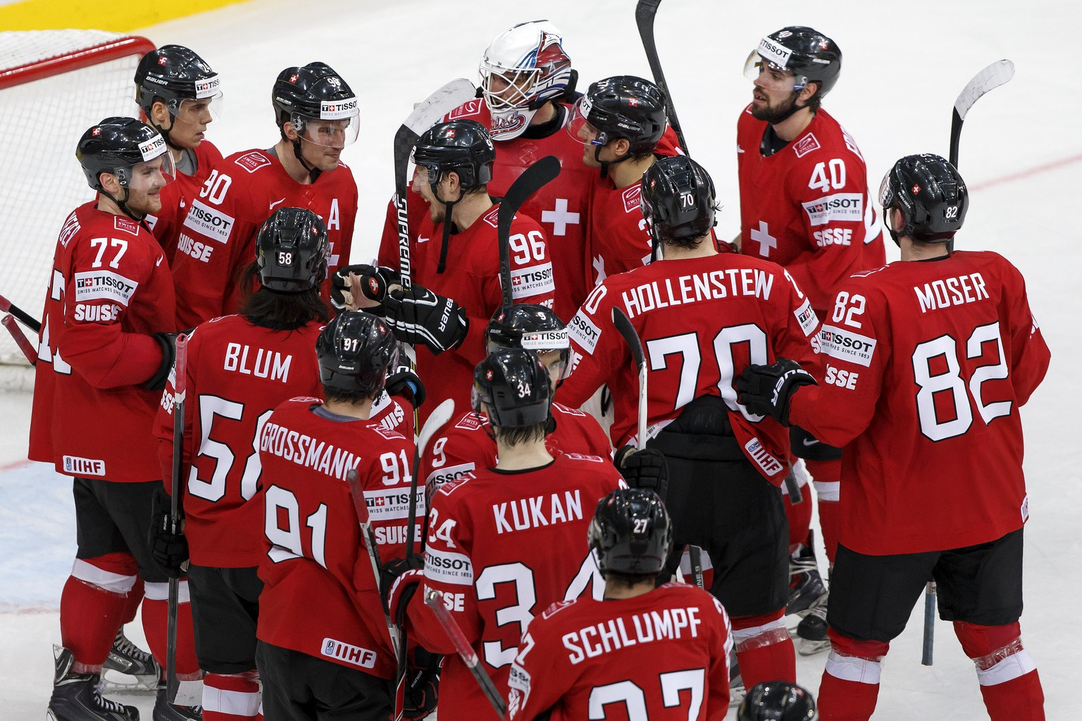Switzerland's players celebrate their victory after beating Kazakhstan, during the 2014 IIHF Ice Hockey World Championships preliminary round game Switzerland vs Kazakhstan, at the Minsk Arena, in Minsk, Belarus, Saturday, May 17, 2014. (KEYSTONE/Salvatore Di Nolfi)
