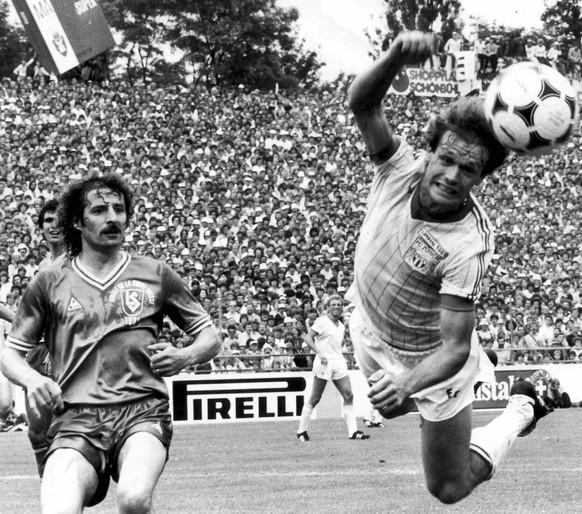 Das Finale um den Schweizer Cup am 8. Juni 1981 zwischen Lausanne Sports und den FC Zuerich im Wankdorfstadion in Bern: Der FCZ Stuermer Peter Risi setzt im Strafraum der Lausanner zu einem Kopfball an, im Hintergrund verfolgt Werner Luedi die Szene. 40.000 Zuschauer sehen den 4-3 Sieg der Lausanner (nach Verlaengerung), die damit zum siebten Mal Cupsieger werden. (KEYSTONE/Str)