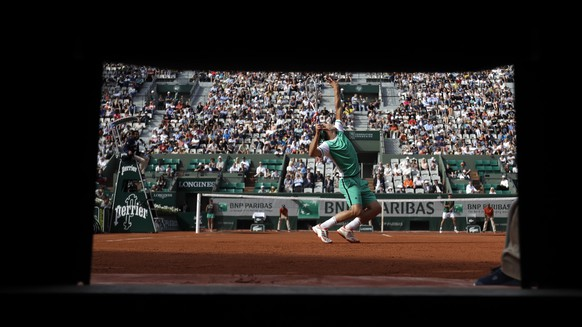 Austria's Dominic Thiem serves the ball to Argentina's Horacio Zeballos backhands during their fourth round match of the French Open tennis tournament at the Roland Garros stadium, Sunday, June 4, 2017 in Paris. (AP Photo/Petr David Josek)