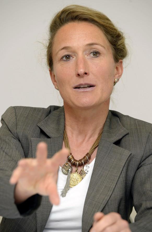 Die grüne Aargauer Regierungsrätin Susanne Hochuli mit Halsschmuck bei einer Pressekonferenz. Bild: KEYSTONE - 7534665307993576