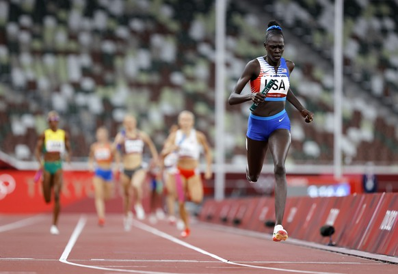 epa09403760 Athing Mu of Team USA crosses the finish line to win the Women's 4 x 400m Relay Final during the Athletics events of the Tokyo 2020 Olympic Games at the Olympic Stadium in Tokyo, Japan, 07 August 2021.  EPA/VALDRIN XHEMAJ