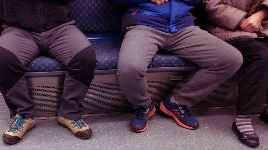 Thick Beine gekreuzt öffentlich