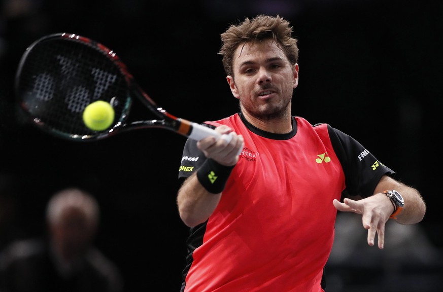 epa05614887 Stan Wawrinka of Switzerland returns the ball to Jan-Lennard Struff of Germany during their round 2 match at the BNP Paribas 2016 Masters tennis tournament in Paris, France, 02 November 2016.  EPA/IAN LANGSDON