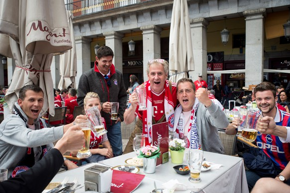 epa06704279 FC Bayern Munich fans enjoy the sunny weather at Plaza Mayor in Madrid, Spain, 01 May 2018. Real Madrid and Bayern Munich will play a second leg Champions League semi final match later in the day at Santiago Bernabeu stadium.  EPA/Luca Piergiovanni