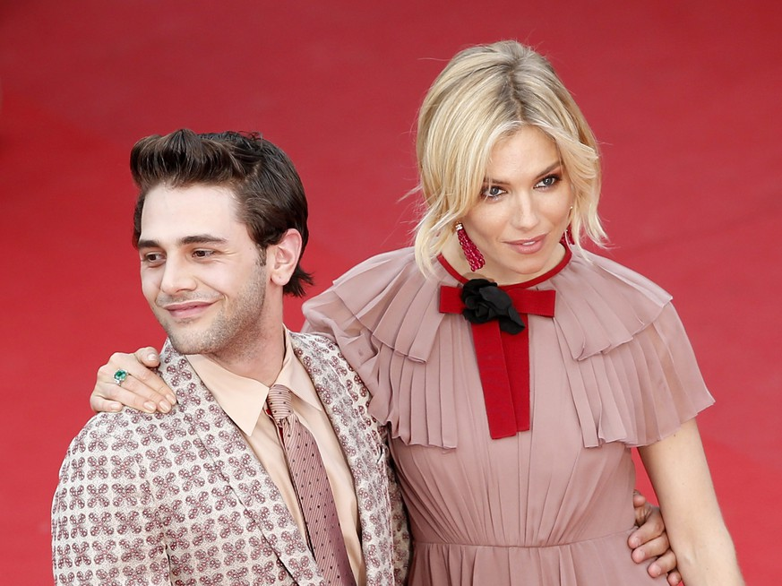 epa04764045 Jury members, British actress Sienna Miller (R) and Canadian director Xavier Dolan (L) arrive for the screening of 'Macbeth' during the 68th annual Cannes Film Festival, in Cannes, France, 23 May 2015. The movie is presented in the Official Competition of the festival which runs from 13 to 24 May.  EPA/SEBASTIEN NOGIER