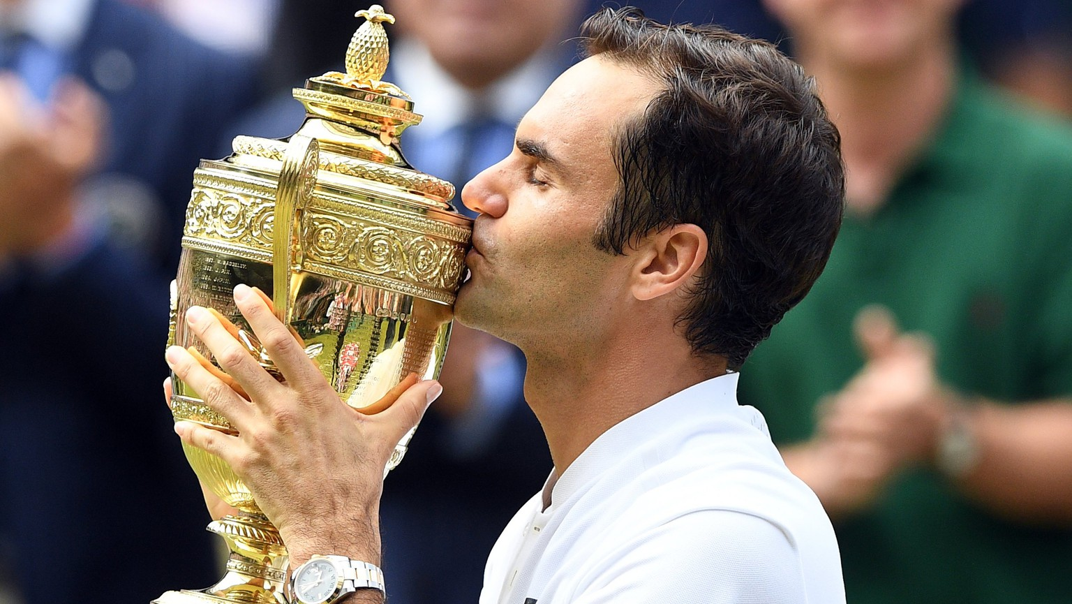 epa06091242 Roger Federer of Switzerland kisses the championship trophy following his victory over Marin Cilic of Croatia in the men's final of the Wimbledon Championships at the All England Lawn Tennis Club, in London, Britain, 16 July 2017.  EPA/FACUNDO ARRIZABALAGA EDITORIAL USE ONLY/NO COMMERCIAL SALES