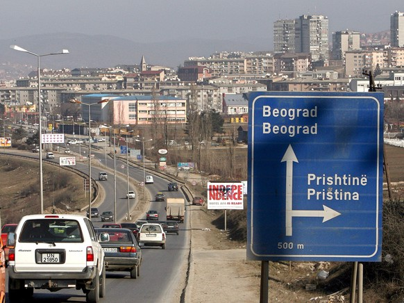ARCHIVE --- VOR ZEHN JAHREN AM 17. FEBRUAR 2008 ERKLAERT DAS PARLAMENT IN PRISTINA DIE UNABHAENGIGKEIT DES TERRITORIUMS KOSOVO. ZU DIESEM ANLASS STELLEN WIR IHNEN DIESES BILD ZUR VERFUEGUNG --- The advertising billboard reading 'INDEPENDENCE' seen behind a road sing at the entrance of tha capitol Pristina ,Kosovo, 15 February 2008. Leaders of Kosovo's ethnic Albanian majority are expected to proclaim independence from Serbia on Sunday or Monday, the day of a crucial EU foreign ministers meeting that will discuss the issue.  EPA/GEORGI LICOVSKI