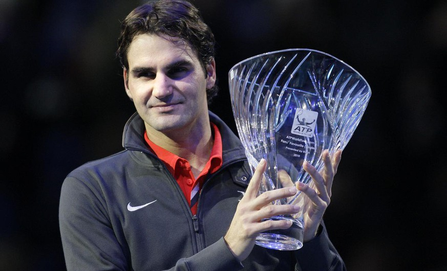 Switzerland's Roger Federer poses with the Fans' Favourite Award trophy presented to him during the ATP World Tour Finals at O2 Arena in London, Sunday, Nov. 21, 2010. (AP Photo/Sang Tan)