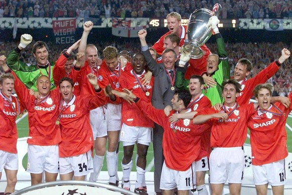 epa03691553 (FILE) File picture dated 26 May 1999 shows Manchester United manager Alex Ferguson and his team lifting the UEFA Champions League trophy after they defeated Bayern Munich in the UEFA Champions League final in Barcelona, Wednesday 26 May 1999. Sir Alex Ferguson will retire as manager of Manchester United at the end of the season, the club confirmed on 08 May 2013. The Scot has been in charge since 1986 and won 13 league titles, two Champions League titles and numerous other competitions with the club.  EPA/ANDREU DALMAU