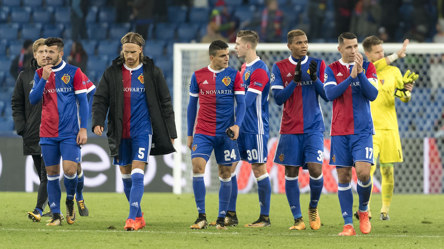 Basel's disappointed players thank the fans after the UEFA Champions League Group stage Group A matchday 4 soccer match between Switzerland's FC Basel 1893 and Russia's CSKA Moskva in the St. Jakob-Park stadium in Basel, Switzerland, on Tuesday, October 31, 2017. (KEYSTONE/Georgios Kefalas)