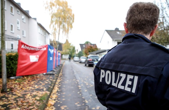 epa07978062 German police presence outside an appartment building in Detmold, Germany, 07 November 2019. According to police, a 15-year-old of Polish descent from Detmold stabbed and killed her three-year-old half-brother 06 November. The public prosecutor's office and the criminal investigation department had searched for the girl who was arrested in Lemgo-Brake early morning 07 November.  EPA/FRIEDEMANN VOGEL