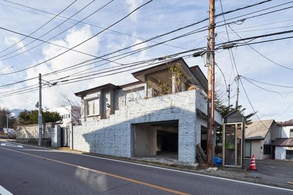 Sieht japanisch aus, steht aber ja auch dort. Ob die Telefonzelle davor zur Immobilie gehört, entzieht sich unserer Kenntnis. Die Wohnfläche wird mit 267.74 m2 angegeben. Die Garage gehört vermutlich dazu.