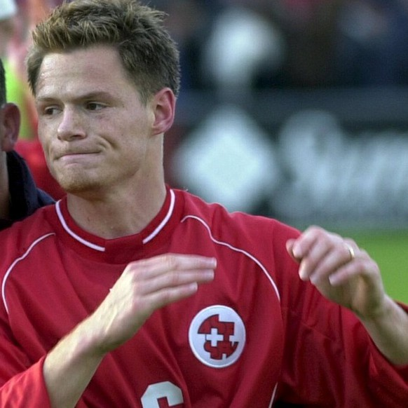 Switzerland's Alex Frei, left, and Johann Vogel, right,  celebrate at the end of the game against Faroe Islands during the group 1 World championship qualification match in Toftir, Faroe Islands, on Saturday, June 2, 2001.   (KEYSTONE/Markus Stuecklin)     === ELECTRONIC IMAGE ===