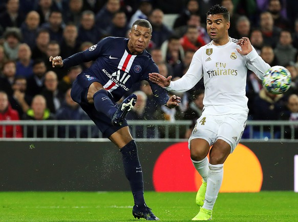 epa08027679 Real Madrid's Carlos Casemiro (R) in action against PSG's Kylian Mbappe (L) during the UEFA Champions League group A soccer match between Real Madrid and Paris Saint-Germain at Santiago Bernabeu in Madrid, Spain, 26 November 2019.  EPA/JUANJO MARTIN