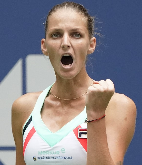 epa06174894 Karolina Pliskova of the Czech Republic reacts as she plays Nicole Gibbs of the US on the fourth day of the US Open Tennis Championships at the USTA National Tennis Center in Flushing Meadows, New York, USA, 31 August 2017. The US Open runs through September 10.  EPA/RAY STUBBLEBINE *** Local Caption *** 53000073