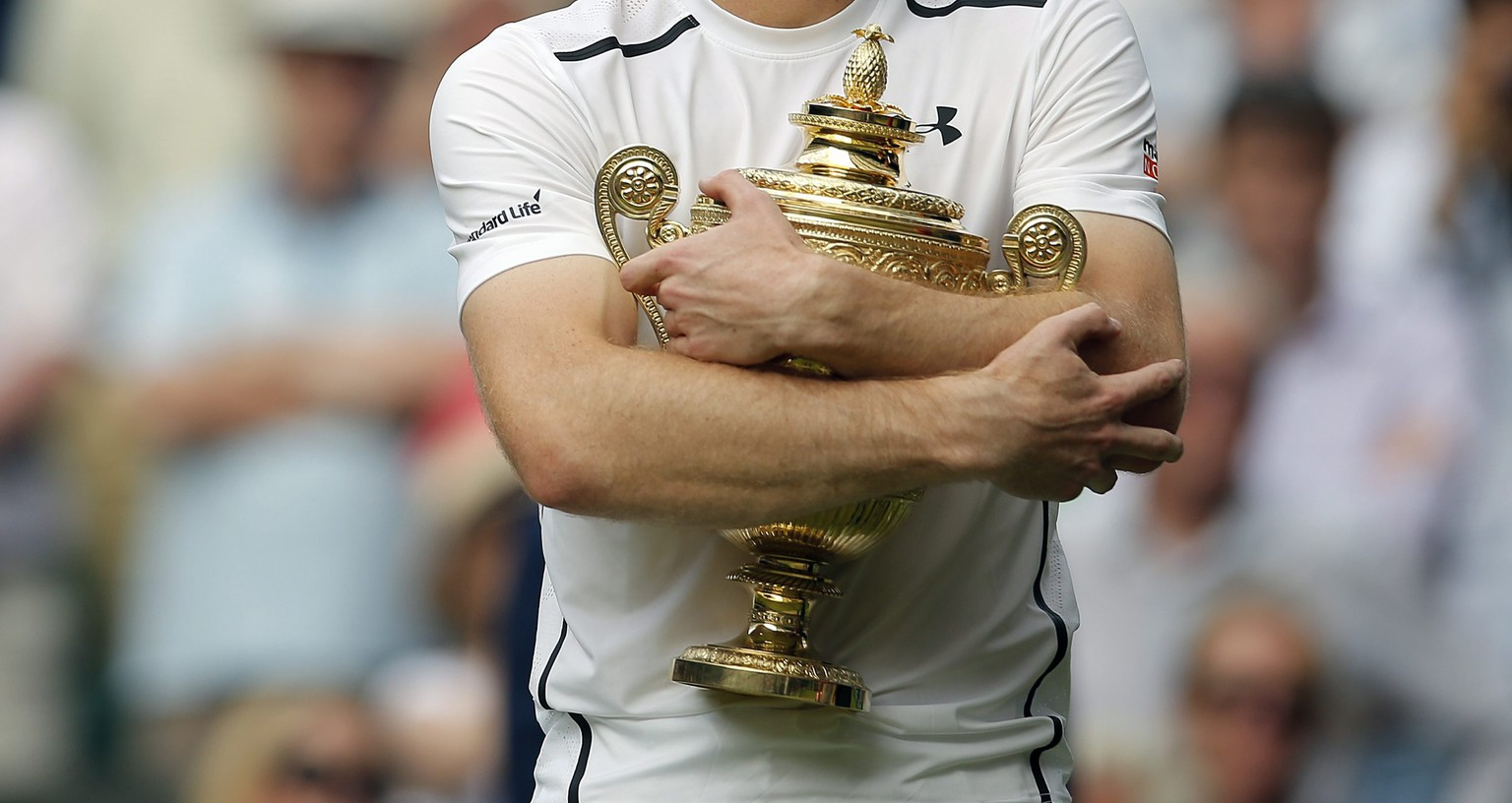 epa05418843 Andy Murray of Britain with the championship trophy following his win over Milos Raonic of Canada in the men's singles final of the Wimbledon Championships at the All England Lawn Tennis Club, in London, Britain, 10 July 2016.  EPA/ANDREW COULDRIDGE POOL EDITORIAL USE ONLY/NO COMMERCIAL SALES