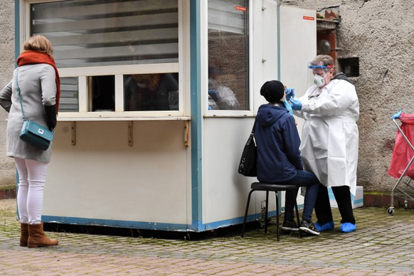 epa08747657 A Polish medical staff works at the COVID-19 testing lab in Warsaw, Poland, 15 October 2020. The number of confirmed coronavirus cases in Poland has increased since 14 October by 8,099 new infections, and reached 149,903, the Polish Ministry of Health said on 15 October morning.  EPA/Piotr Nowak POLAND OUT
