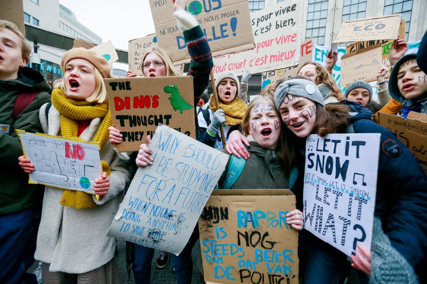 epa07314902 Belgian students gather to call for urgent measures to combat climate change during a demonstration in Brussels, Belgium, 24 January 2019. According the police more than 35,000 students are taking part in the demonstration.  EPA/STEPHANIE LECOCQ