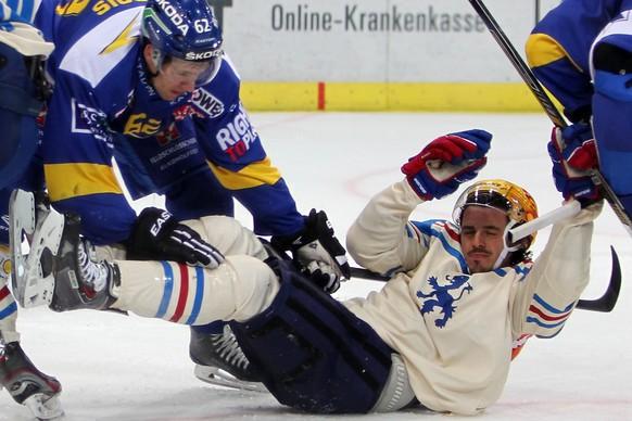 12.10.2014; Zuerich; Eishockey NLA - ZSC Lions - HC Davos; Felicien Du Bois (L, Davos) gegen Roman Wick (R, ZSC) (Francoise Ducrey/freshfocus)