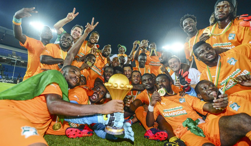 epa04610965 Ivory Coast players celebrate after beating Ghana during the 2015 Africa Cup of Nations final football match at the Bata Stadium in Bata, Equatorial Guinea, 08 February 2015.  EPA/BARRY ALDWORTH UK AND IRELAND OUT