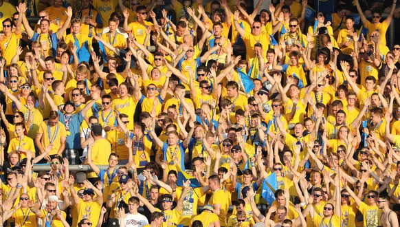 epa05998076 Supporters of Braunschweig cheer before the German Bundesliga Relegation soccer match between Eintracht Braunschweig and VfL Wolfsburg in Braunschweig, Germany, 29 May 2017. (EMBARGO CONDITIONS - ATTENTION: Due to the accreditation guidlines, the DFL only permits the publication and utilisation of up to 15 pictures per match on the internet and in online media during the match.)