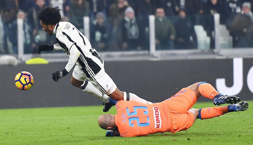 epa05821565 Napoli's goalkeeper Pepe Reina (R) fouls Juventus' Juan Cuadrado during the Italian Cup first leg semifinal soccer match between Juventus FC and SSC Napoli at Juventus Stadium in Turin, Italy, 28 February 2017.  EPA/ALESSANDRO DI MARCO