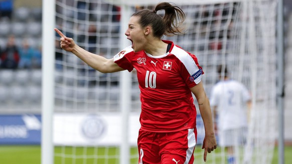 epa05251238 Switzerland's Ramona Bachmann celebrates after scoring the 1-0 during the UEFA Women's EURO 2017 qualifying soccer match between Switzerland and Italy at the Tissot Arena in Biel, Switzerland, 09 April 2016.  EPA/PETER KLAUNZER