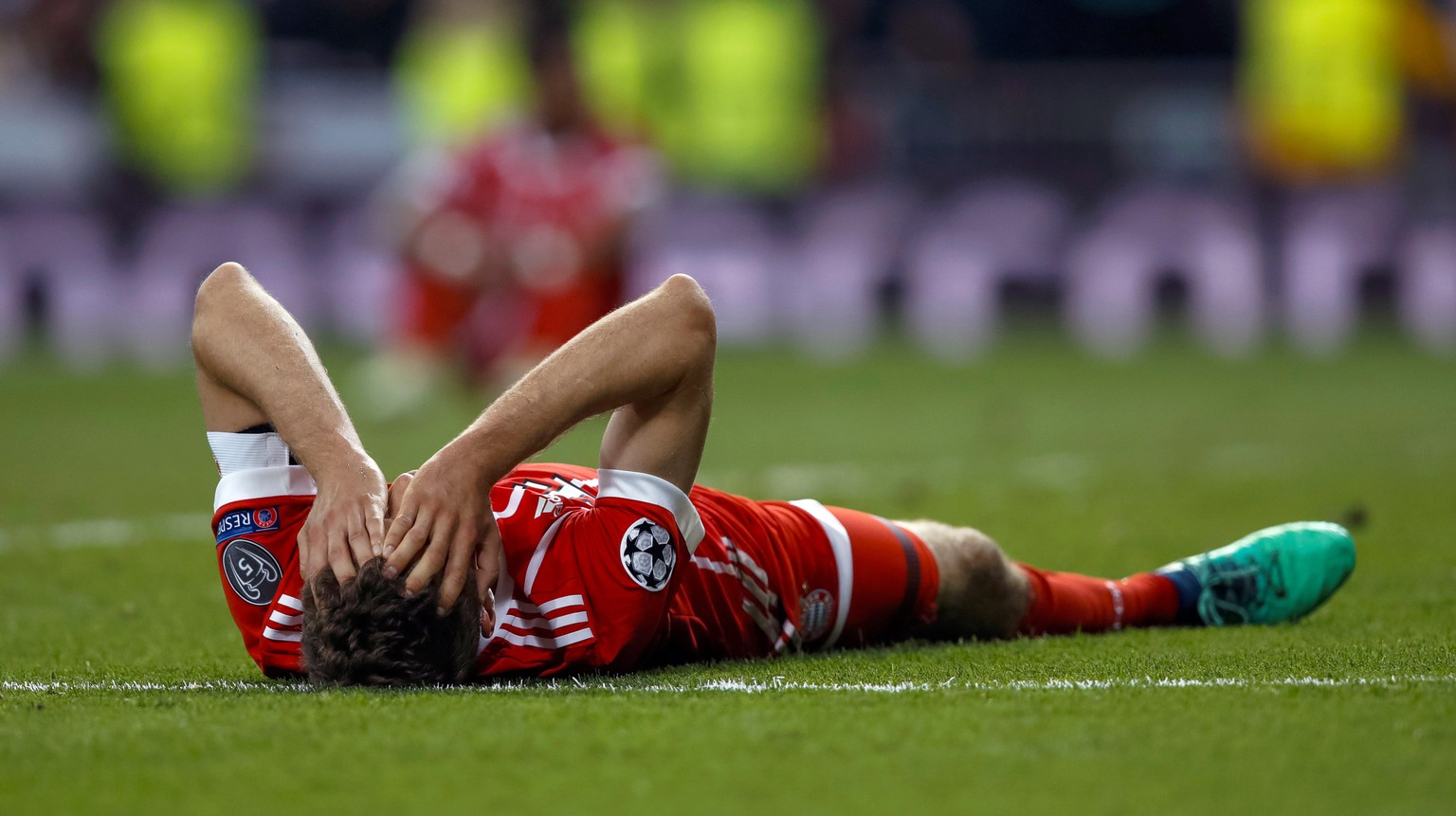 epa06705486 Bayern Munich's Thomas Mueller reacts after the UEFA Champions League semi finals second leg match between Real Madrid and Bayern Munich at Santiago Bernabeu stadium in Madrid, Spain, 01 May 2018. Bayern lost 3-4 on aggregate.  EPA/EMILIO NARANJO