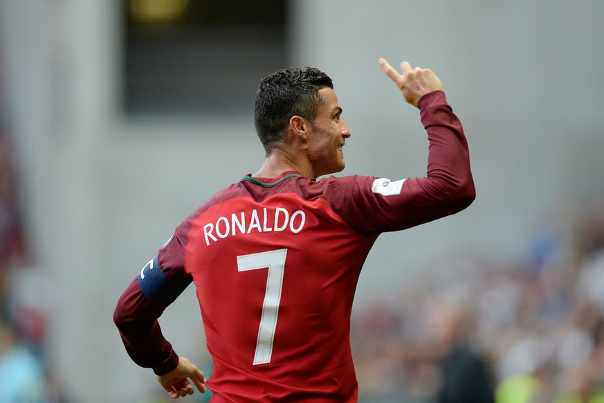 epa06174986 Portugal's Cristiano Ronaldo celebrates scoring during the FIFA World Cup Group B qualification soccer match between Portugal and Faroe Islands at Bessa Stadium, Porto, Portugal, 31 August 2017.  EPA/FERNANDO VELUDO