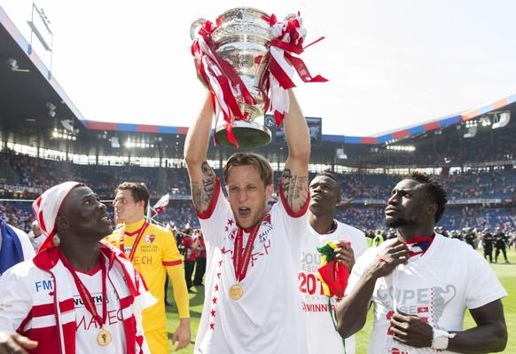 Basel, 07.06.2015, Fussball Schweizer Cupfinal, FC Basel - FC Sion, Sions Reto Ziegler (Mitte) jubelt mit dek Pokal (Pascal Muller/EQ Images)