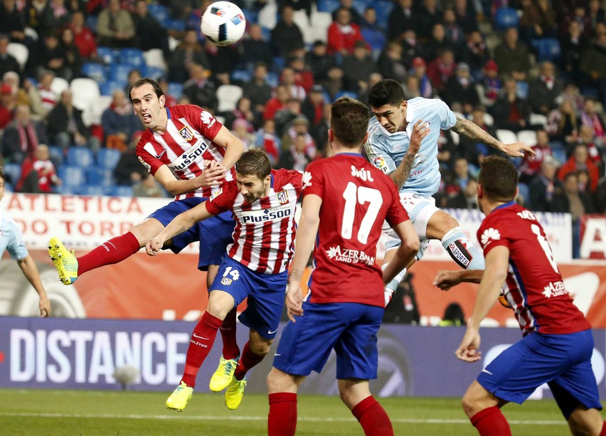 epa05129968 Celta's Chilean midfielder Pablo Hernandez (2-R) heads the ball to score the opening goal against Atletico Madrid during the Spanish King's Cup quarter finals second leg soccer match played at Vicente Calderon stadium, in Madrid, Spain, 27 January 2016.  EPA/ZIPI