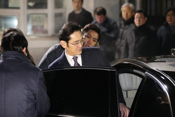 epa05728998 Lee Jae-yong, vice chairman of Samsung Electronics Co., gets into his car to leave a detention center south of Seoul, South Korea, 19 January 2017, after a local court rejected an arrest warrant sought for him. Three days ago, the special prosecutor requested the warrant for Samsung's de facto leader on bribery and other charges in connection with the scandal that has led to South Korean President Park Geun-hye's impeachment.  EPA/YONHAP SOUTH KOREA OUT