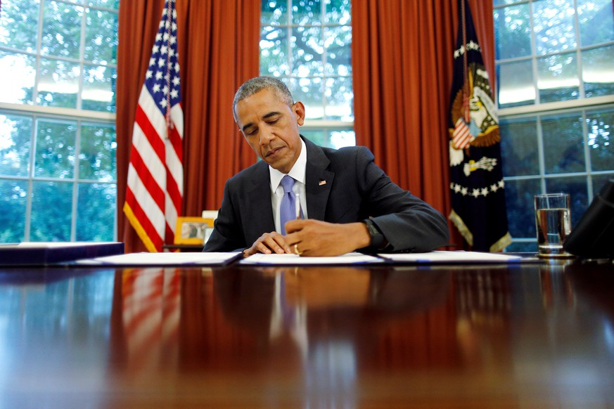 U.S. President Barack Obama signs into law S. 337: FOIA Improvement Act of 2016 and S. 2328: Puerto Rico Oversight, Management and Economic Stability Act at the Oval Office of the White House in Washington, U.S., June 30, 2016. REUTERS/Carlos Barria      TPX IMAGES OF THE DAY