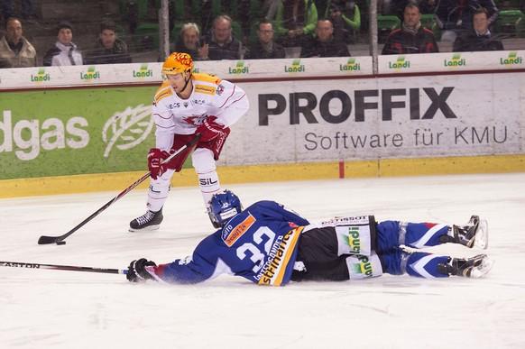 Ramon Untersander a terre de Bienne, a luttant pour le puck avec a gauche le topscorer de Lausanne Ossi Louhivaara lors du match du championnat suisse de hockey sur glace de National League A, entre le EHC Bienne et le Lausanne HC, ce samedi 21 fevrier 2015 au stade de Glace de Bienne, Suisse. (PHOTOPRESS/Sandro Campardo)