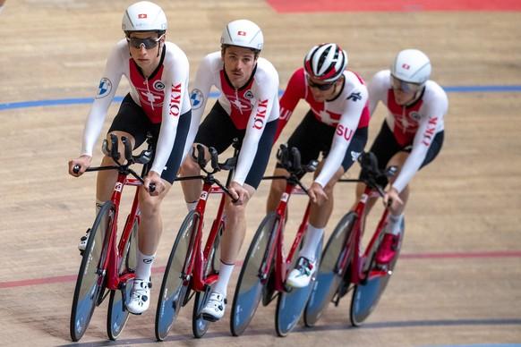 Die Bahnfahrer Valere Thebaud, Mauro Schmid, Thery Schir und Robin Foidervaux, von links, von Swiss Cycling bereiten sich auf die Olympischen Sommerspiele in Tokyo vor, am Dienstag, 20. Juli 2021, im Velodrome in Grenchen. (KEYSTONE/Peter Schneider)