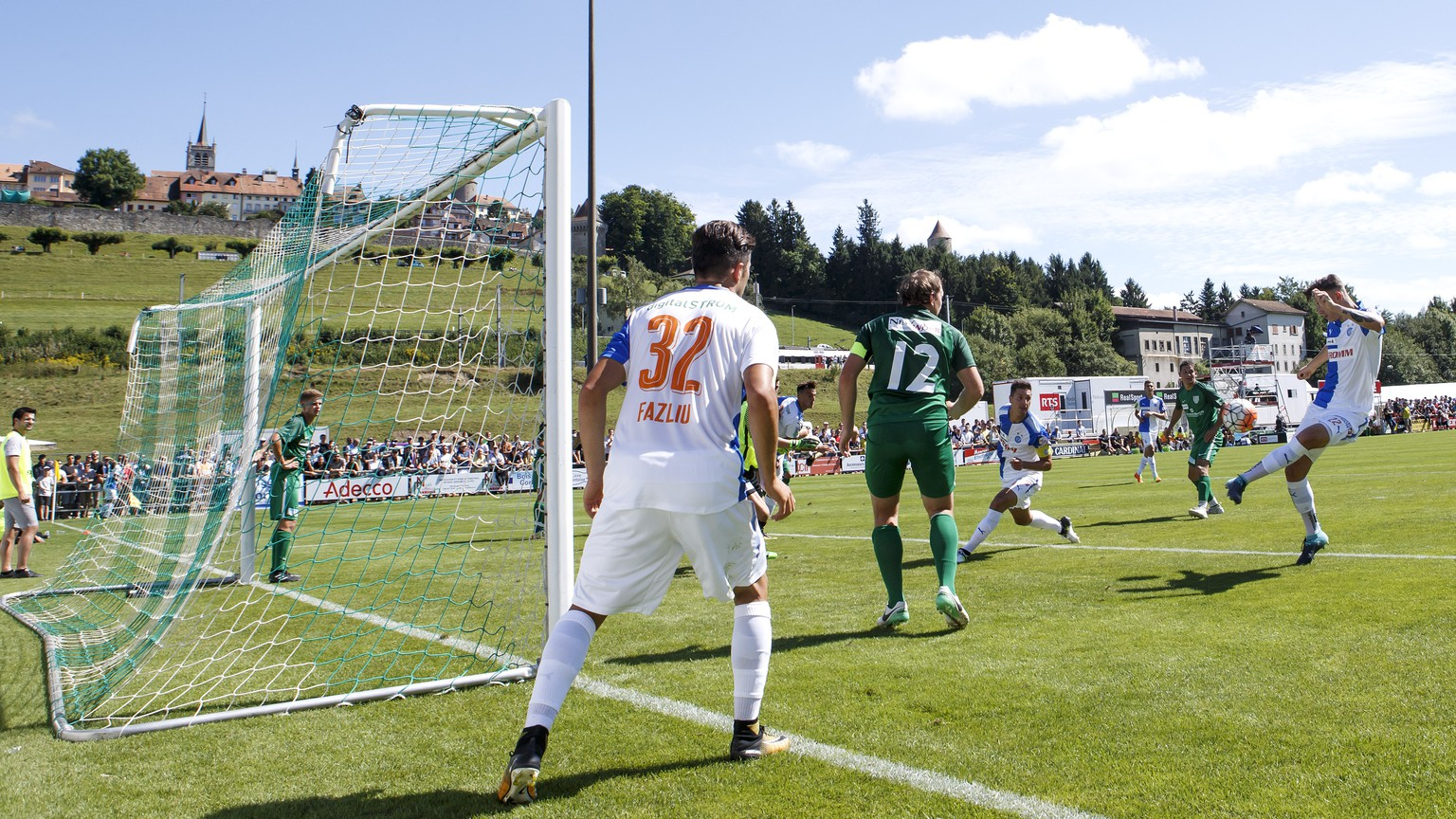 Grasshopper's defender Cedric Zesiger, 2nd right, shoots the ball, during the Swiss Cup Round of 64 between CS Romontois and Grasshopper Club Zuerich, at the stade du Glaney stadium, in Romont, Switzerland, Sunday, August 13, 2017. (KEYSTONE/Salvatore Di Nolfi)