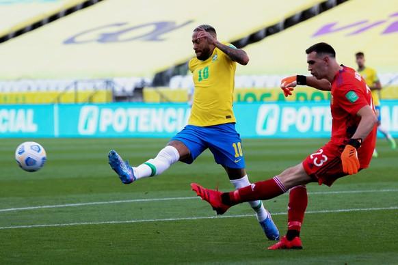 Neymar (l.) machte sich früh vor Argentinien-Goalie Emiliano Martinez bemerkbar. Dieser rückt wenig später in den Mittelpunkt.