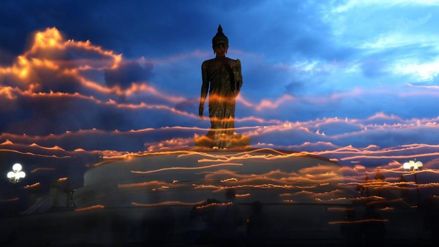 hailänder im Gebet vor einer Buddha-Statue in Nakon, westlich von Bangkok (2016). Bild: EPA