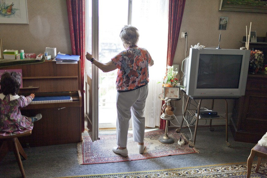 M. B.  receives a visit of C. H., an employee of Spitex Biel, the municipal home care service, at her home in Biel, Switzerland, pictured on July 10, 2012. (KEYSTONE/Gaetan Bally)
